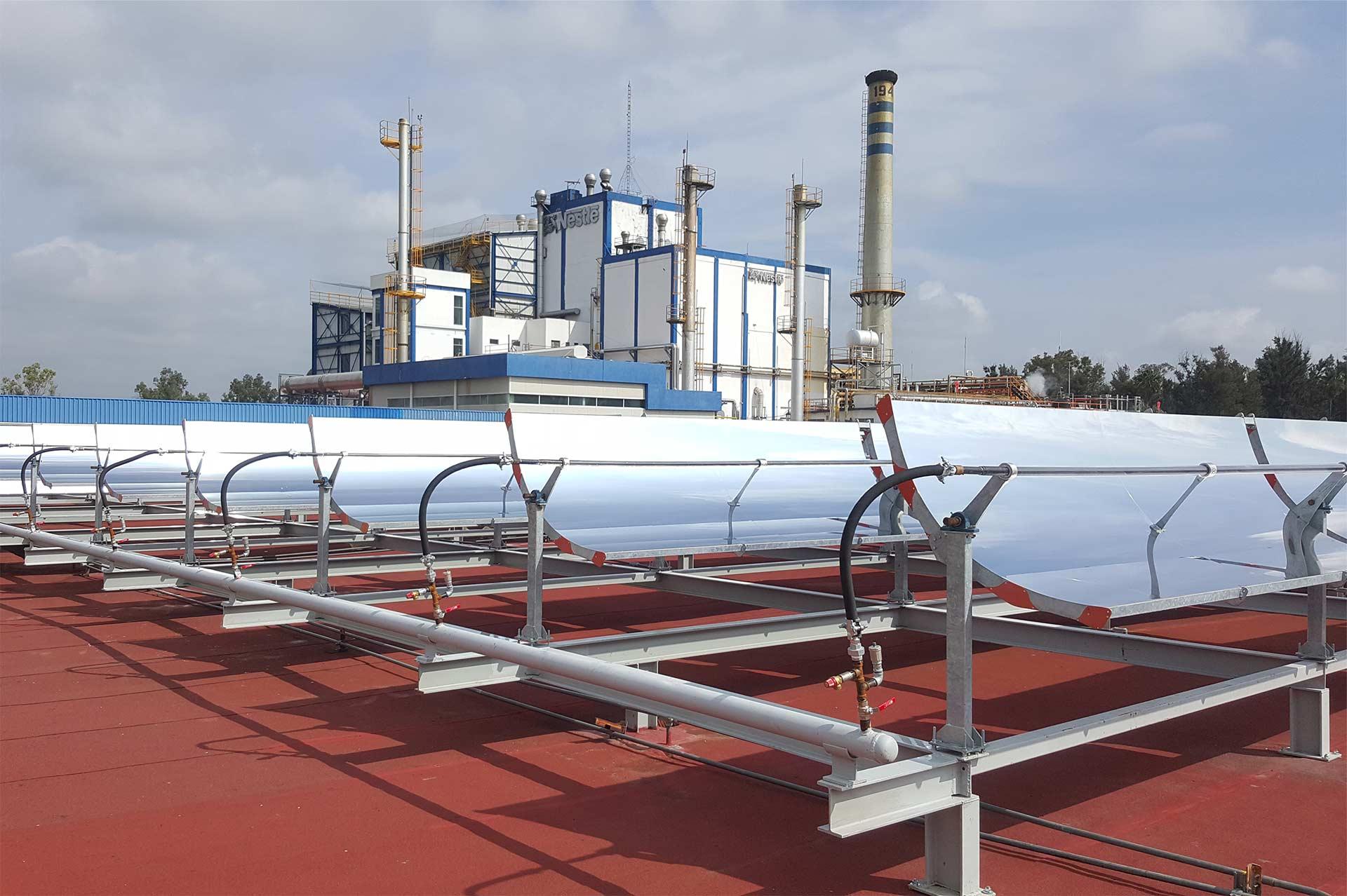 Sistema de concentración solar con colectores cilíndrico-parabólicos para procesos industriales en México.
